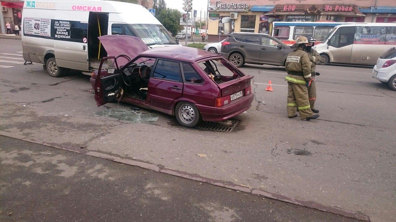 ВОмске «ВАЗ» врезался в«маршрутку». Пострадали три человека