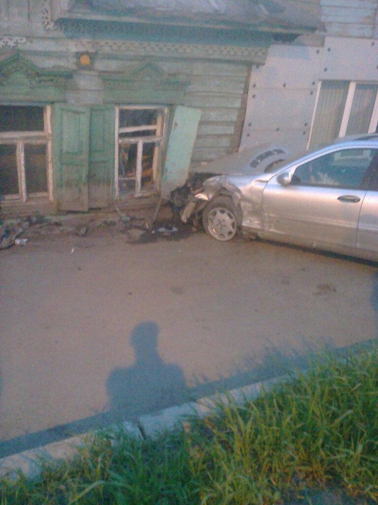 В Омске две машины врезались в один дом [ФОТО]