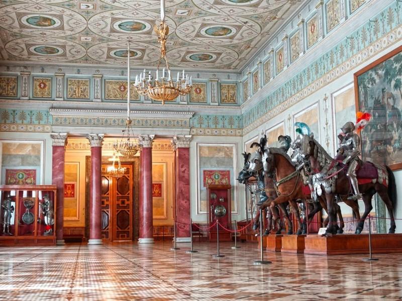 ИзЭрмитажа вОмск привезли коллекцию оружия времён Ренессанса, собранную Николаем I