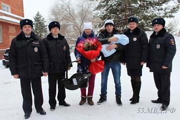 Полицейские, доставившие омичку в роддом, встретили ее на выписке [ФОТО]
