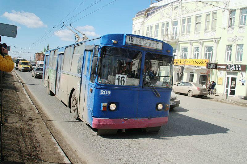 В Омске на остановке «ДК им. Малунцева» троллейбус насмерть сбил женщину
