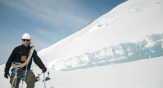 Священник впервый раз покорил самую высокую гору Сибири