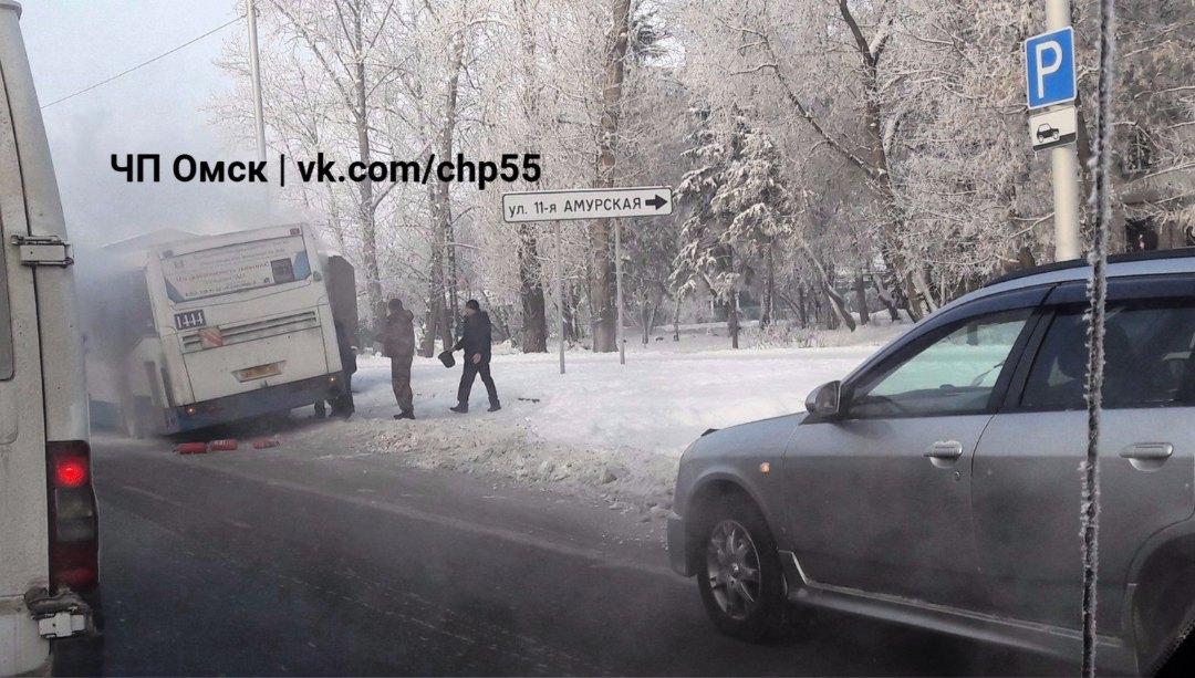 ВОмске впериод движения зажегся автобус