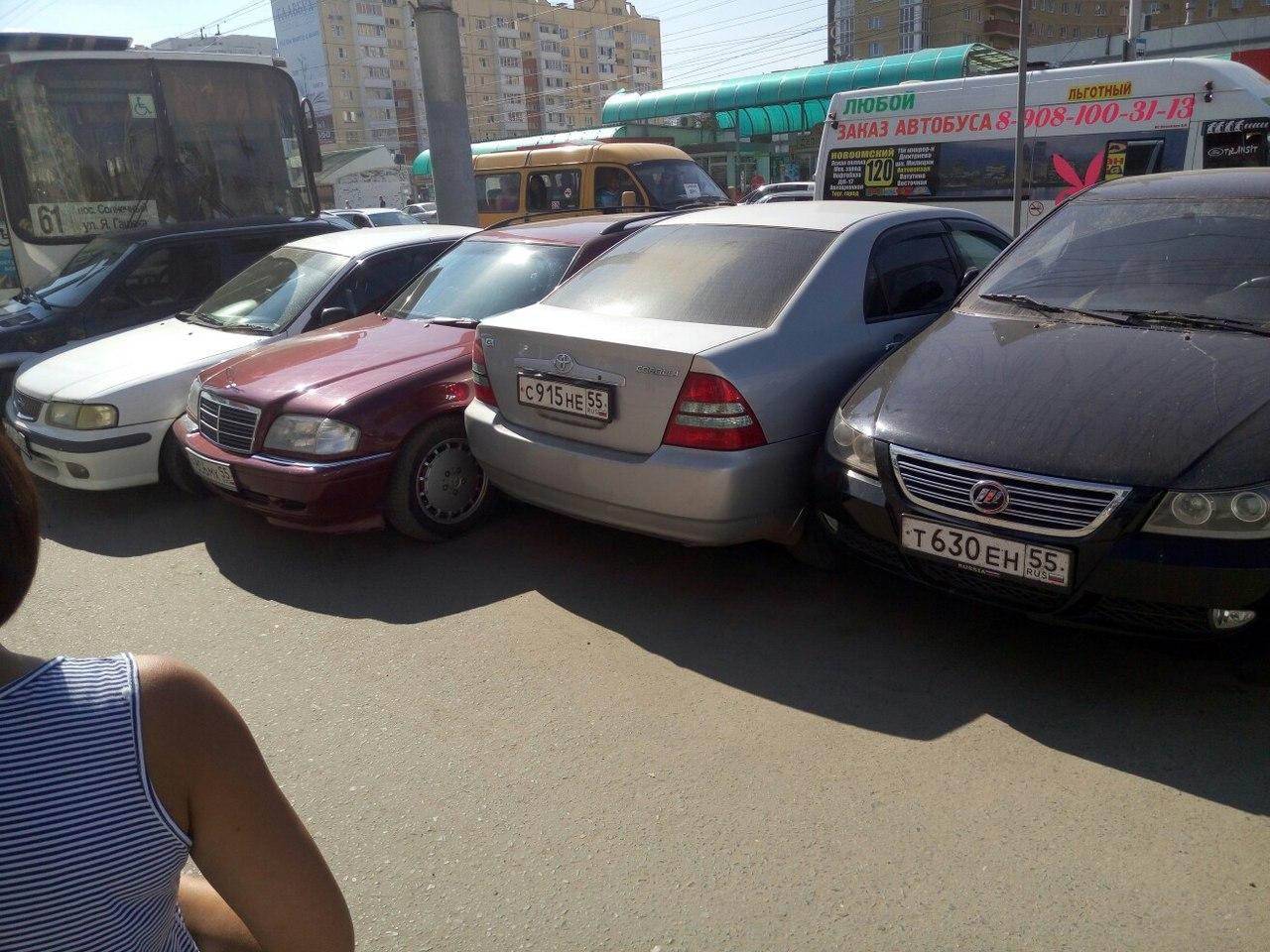 ВОмске пассажирский автобус протаранил стоящие на стоянке  автомобили