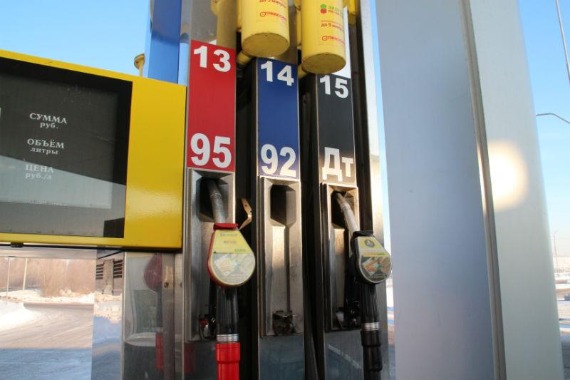 Цены на автомобильный бензин за год в среднем поднялись на 7,7%, лидером роста стал самый бюджетный бензин марки аи он вырос в цене ровно на 8% с марта года.