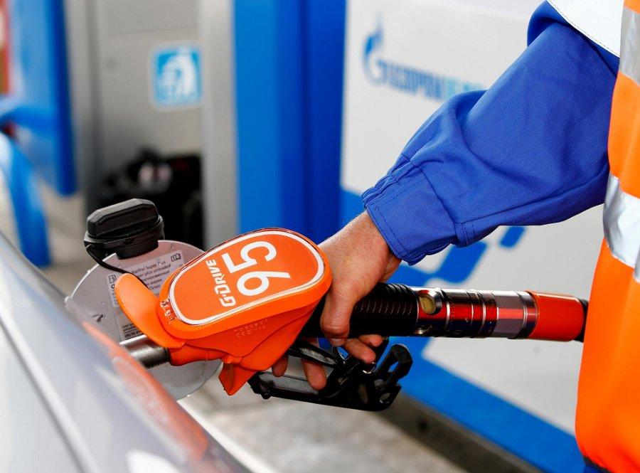 Тулеев попросил у Медведева остановить рост цен на бензин