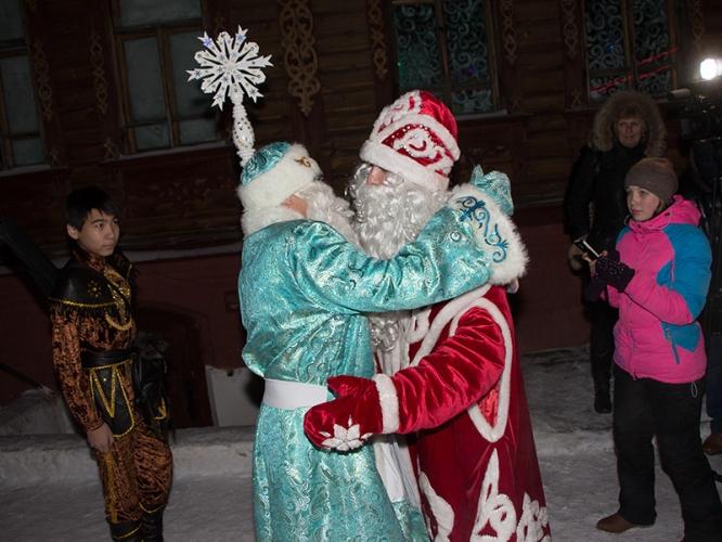 Омские мошенники наряжаются в костюмы Деда Мороза и Снегурочки