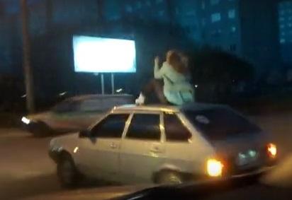ВОмске оштрафовали водителя, катавшего девушку накрыше авто