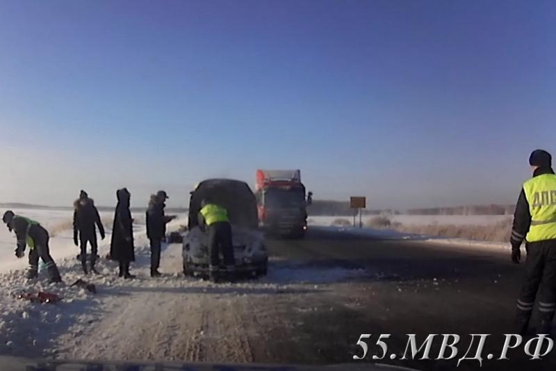 Омские инспекторы ГИБДД потушили иномарку и вытащили автоледи из сугроба [ФОТО]