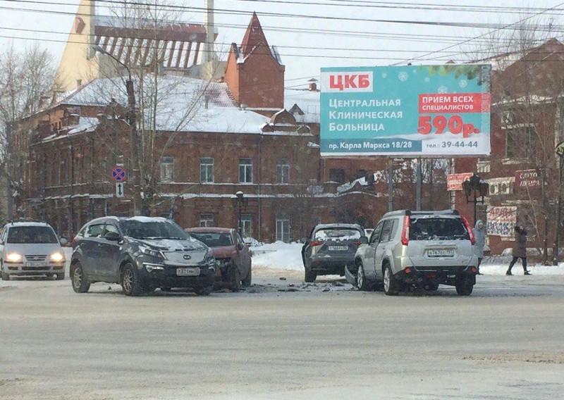 В центре Омска столкнулись четыре иномарки  [ФОТО]