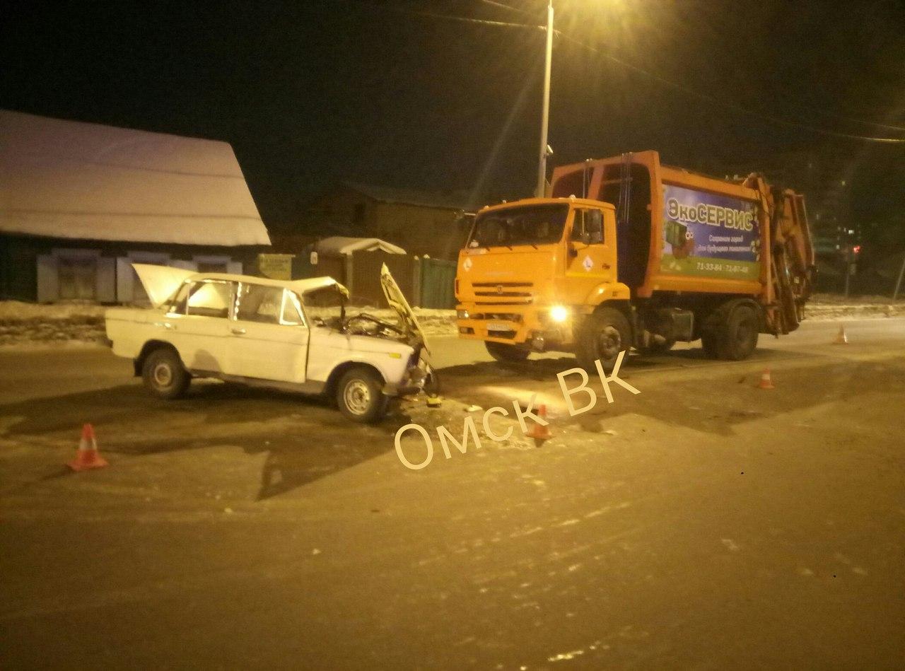 Наулице Омской под мусоровоз попал легковой автомобиль