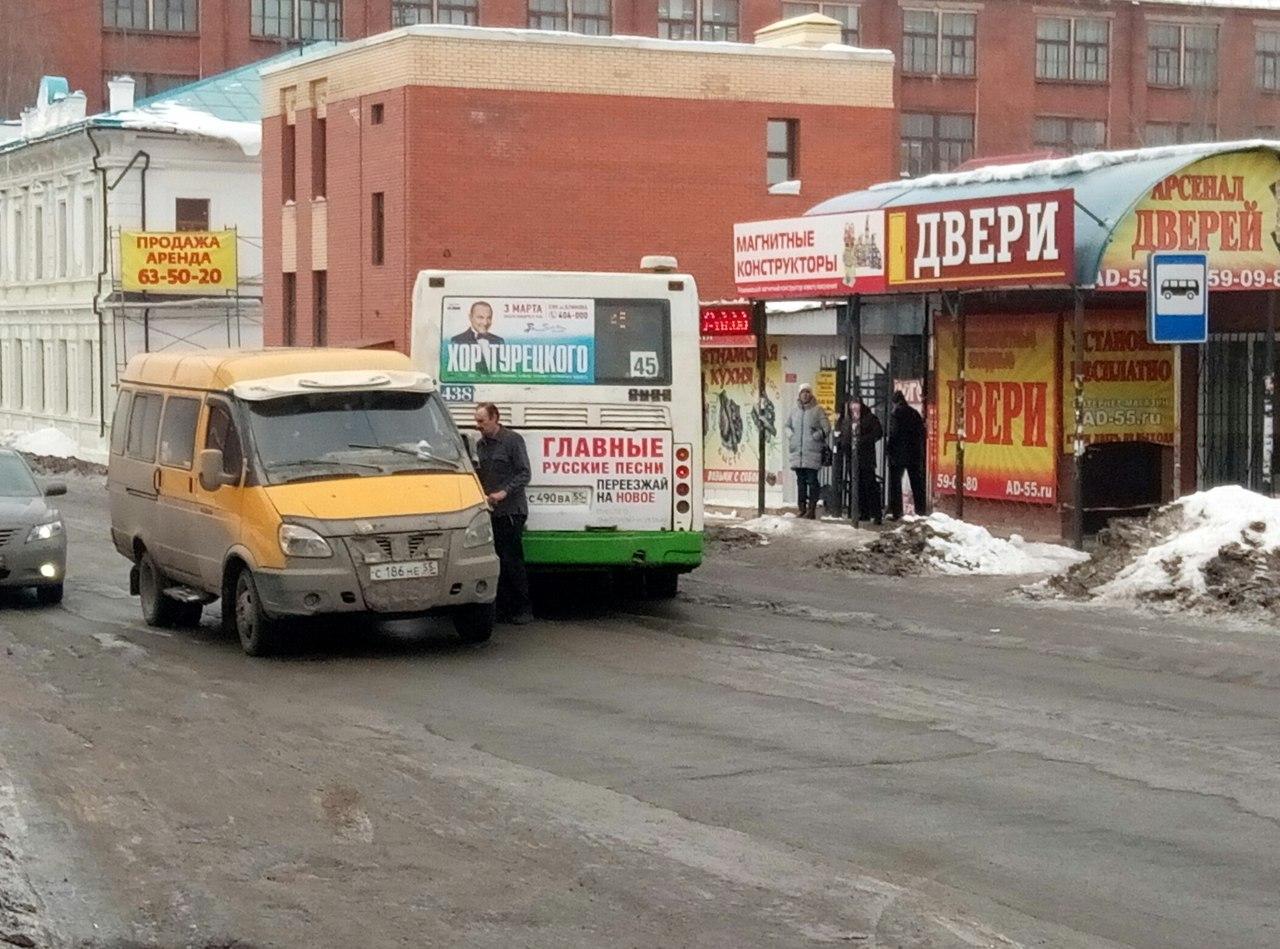 Вцентре Омска столкнулись автобус №45 и«ГАЗель»