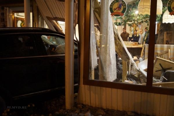 Влетевшего вкафе «Елки-Палки» водителя лишили прав