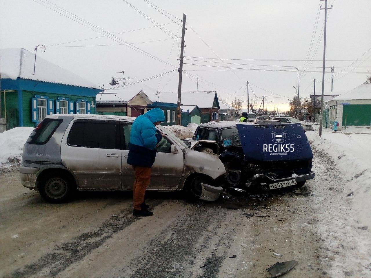 Молодой омич на «Тойоте» устроил аварию на улице Пугачева [ФОТО]