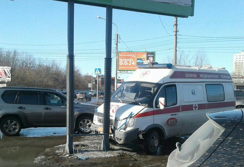 Автомобиль скорой помощи протаранил опору рекламного щита вцентре Омска