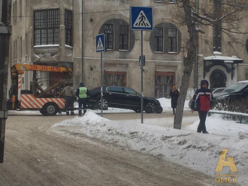 В самом центре Омска эвакуировали Bentley [ФОТО]