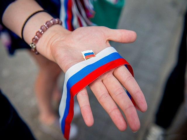 КоДню РФ омичам раздадут 500 ленточек стриколором