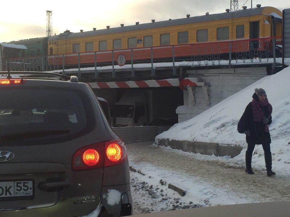 В туннеле рядом с площадью Серова снова застряла фура [ФОТО]