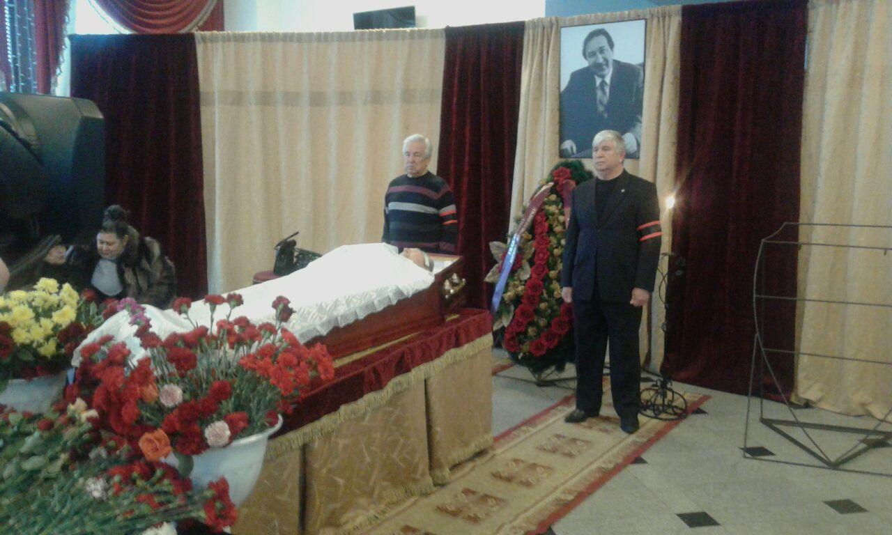 Бывший мэр Омска Белов встал в почетный караул у гроба Глебова [ФОТО]
