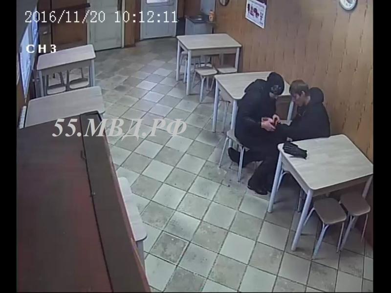Омичка оставила нетрезвого друга вкафе без куртки, денежных средств ителефона