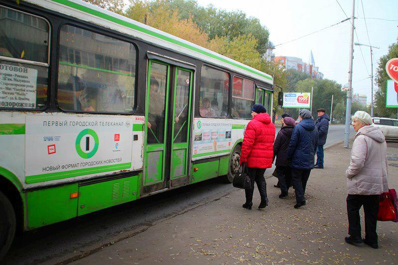 Омичи жалуются на интервал движения автобусов и на кондукторов
