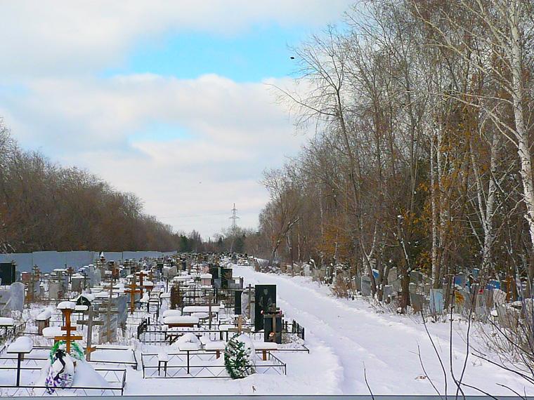 Житель Омской области отомстил соседу, разбив памятники его родни на кладбище