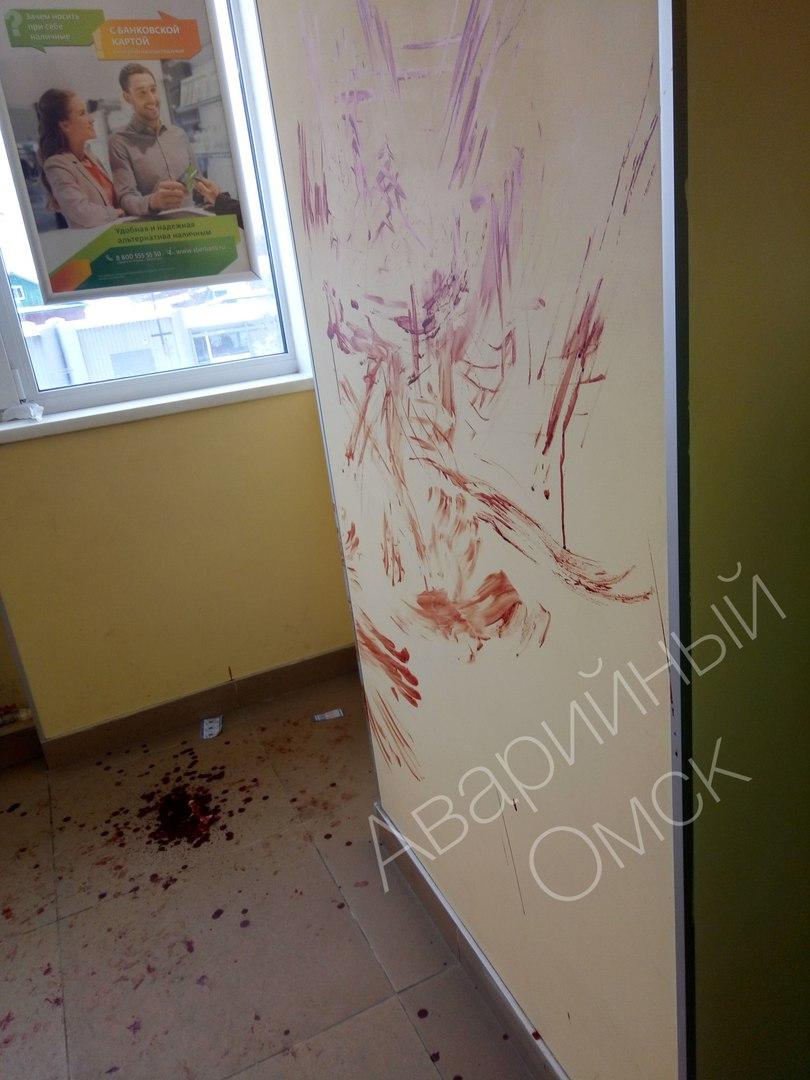 Омичей напугали лужи крови в Сбербанке на 24-й Северной  [ФОТО]