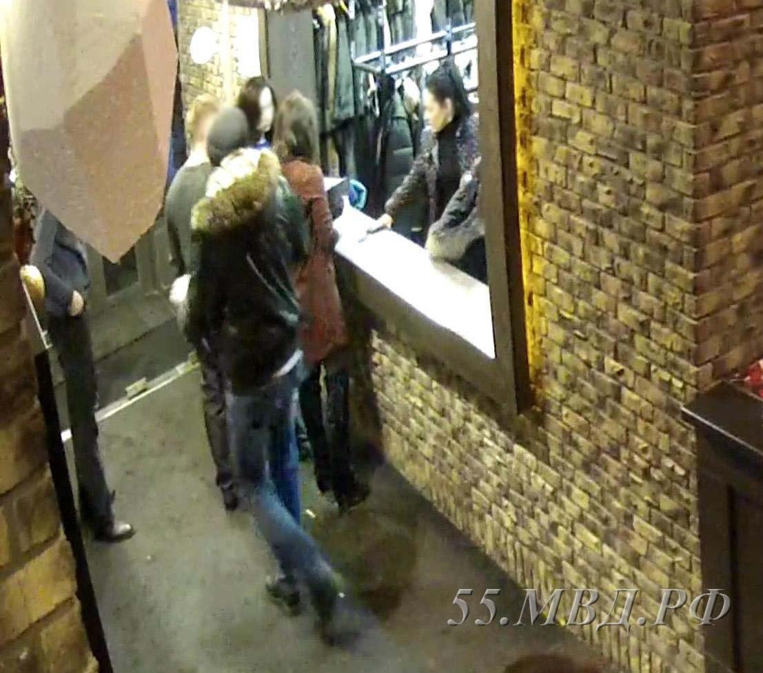 Омич притворился хозяином дорогой куртки и забрал ее из гардероба  [ФОТО]
