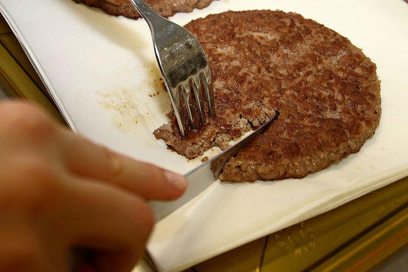 «Макдоналдс» показал, из чего на самом деле готовятся гамбургеры и булочки [ФОТО]
