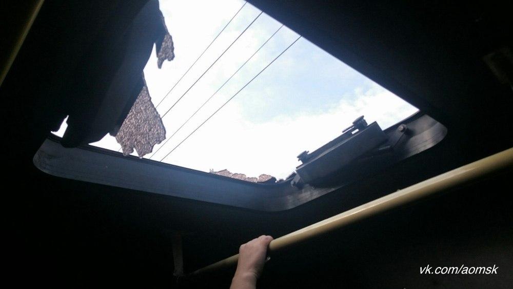 Вгородской маршрутке вОмске лопнуло стекло: пассажиры получили рассечения ипорезы