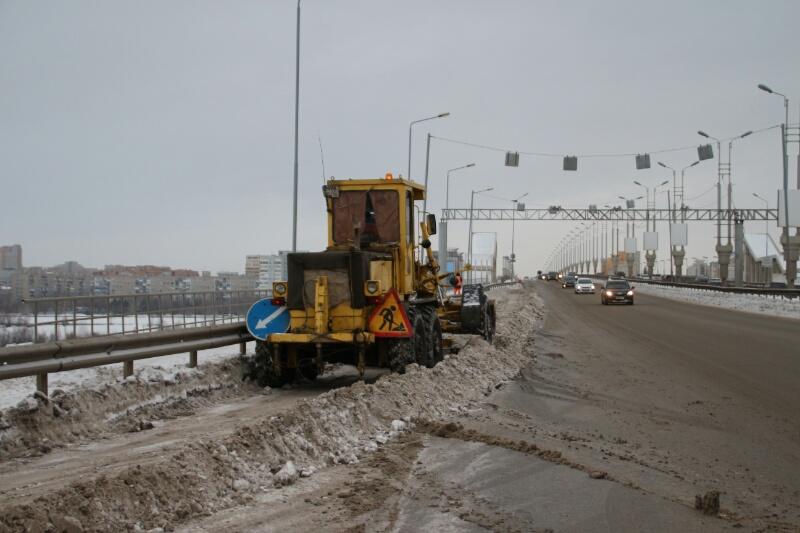 Омск чистят от снега техникой, которая старше чиновников