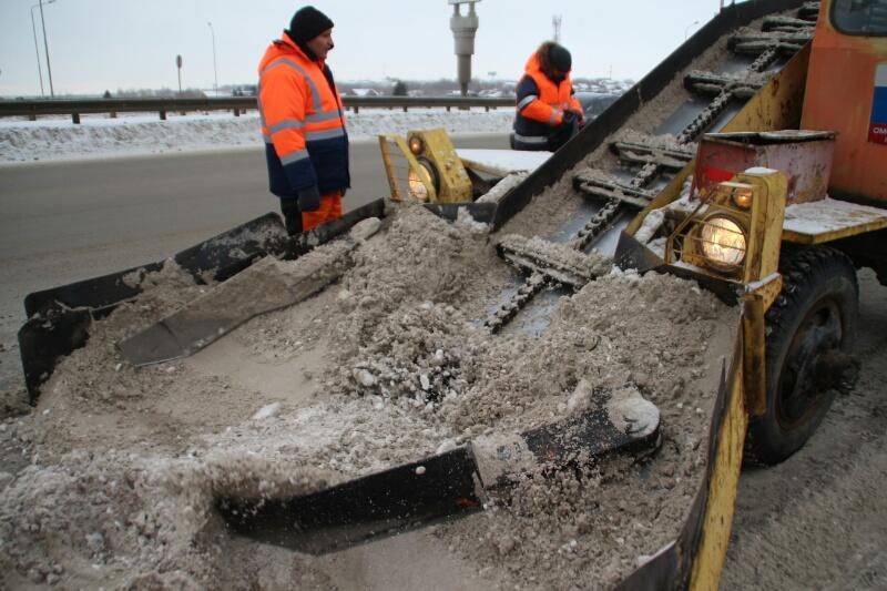 Омские коммунальщики чистят город от снега за копейки