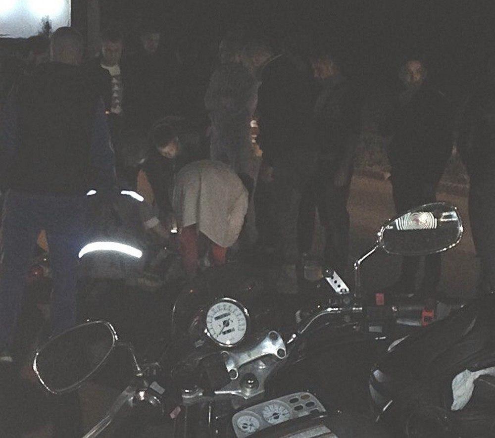 НаМира вОмске мотоциклист спровоцировал ДТП иполучил травмы