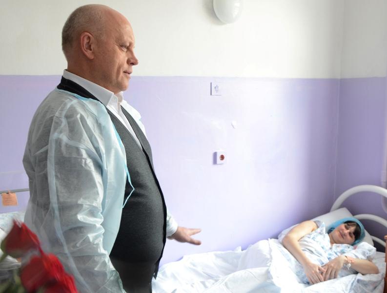 Губернатор Виктор Назаров лично поздравил омичек, ставших мамами вМеждународный женский день