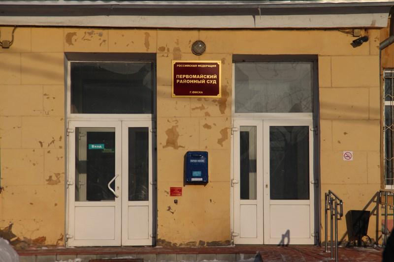 Экс-полицейский получил 7 лет за мошенничество с квартирами омичей