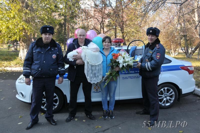 Работники милиции подарили автолюльку омичке и ее новорожденной дочери, которым они помогли