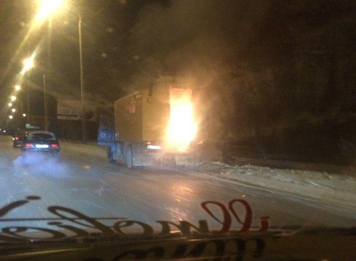 В 00:00 вцентре Омска зажегся фургон слюдьми