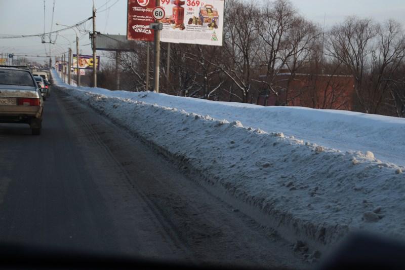 Из-за невывезенного снега на Ленинградском мосту образовалась огромная пробка  [ФОТО]