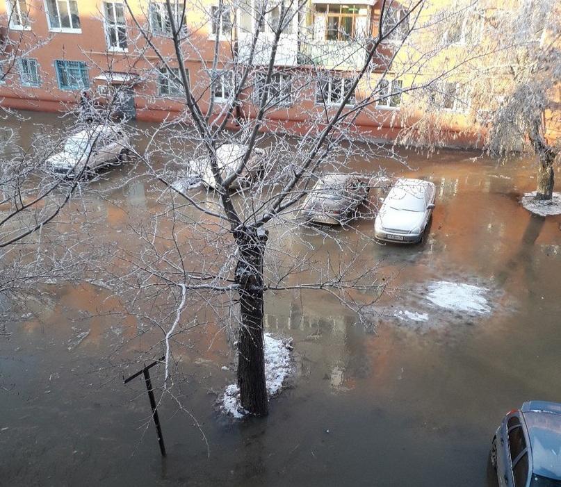 Микрорайон вОмске затопило из-за аварии надороге нашинном заводе