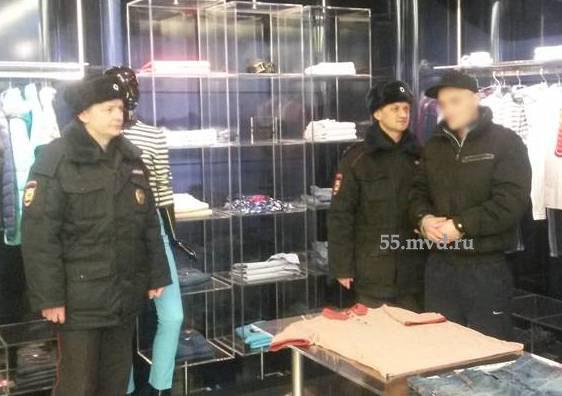 В Омске 16 раз судимый наркоман украл из магазина пуховик и ботинки #Происшествия #Омск