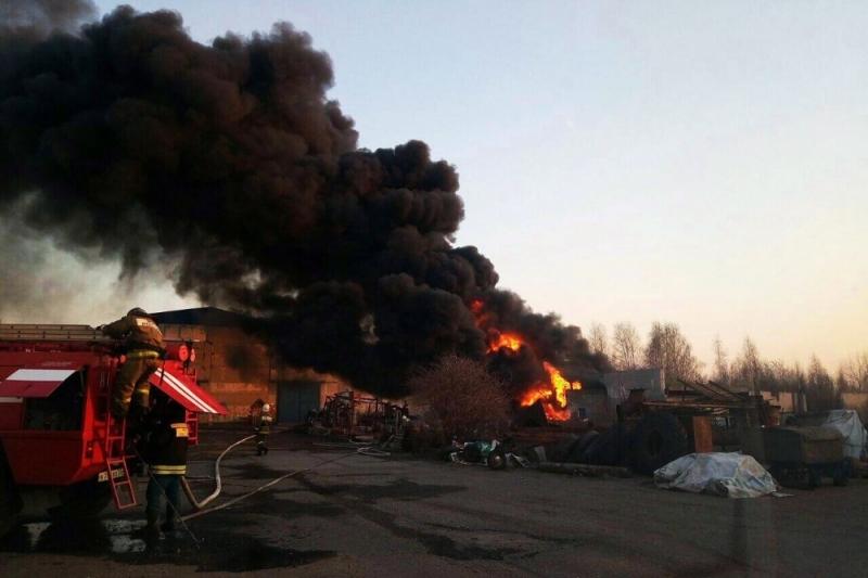 ВОмске пожарные, рискуя жизнью, потушили склад сгорючими материалами