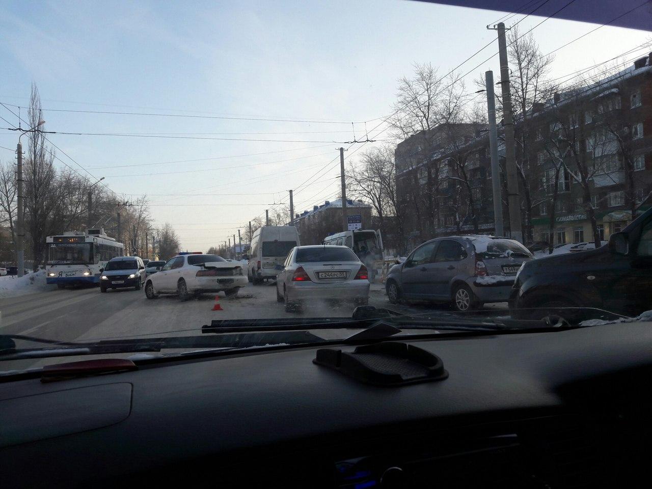 Втройном ДТП вОмске пострадал весь экипаж машины скорой помощи