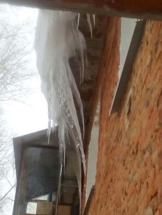Очистку кровли от снега и наледи