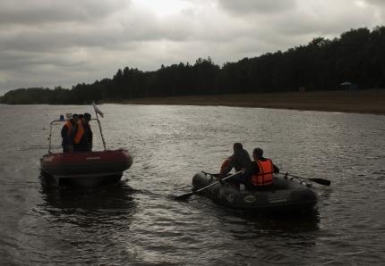 Омские рыболовы чуть непогибли, застряв вледяной воде среди озера
