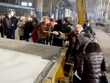 Для студентов Омска провели экскурсию по заводу крупнопанельного домостроения