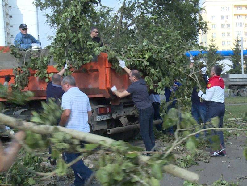 На субботнике в Омске устраняют последствия урагана #Новости #Общество #Омск