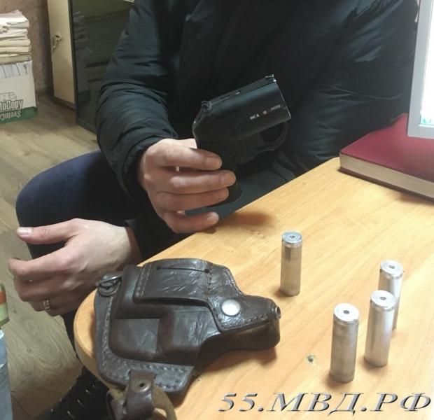 ВОмске нетрезвый гость вынес изквартиры пистолет