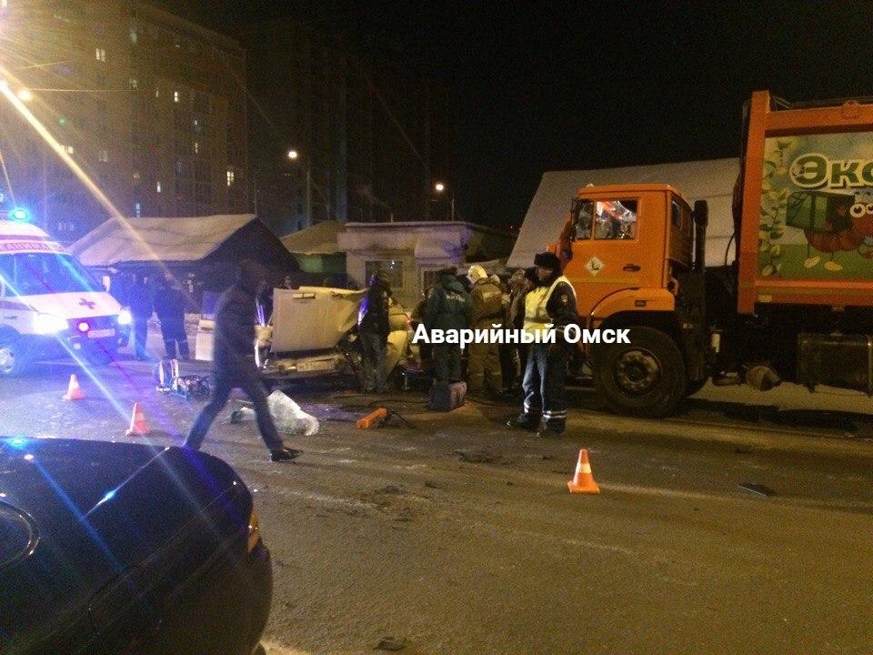 ВОмске молодой шофёр без прав протаранил мусоровоз