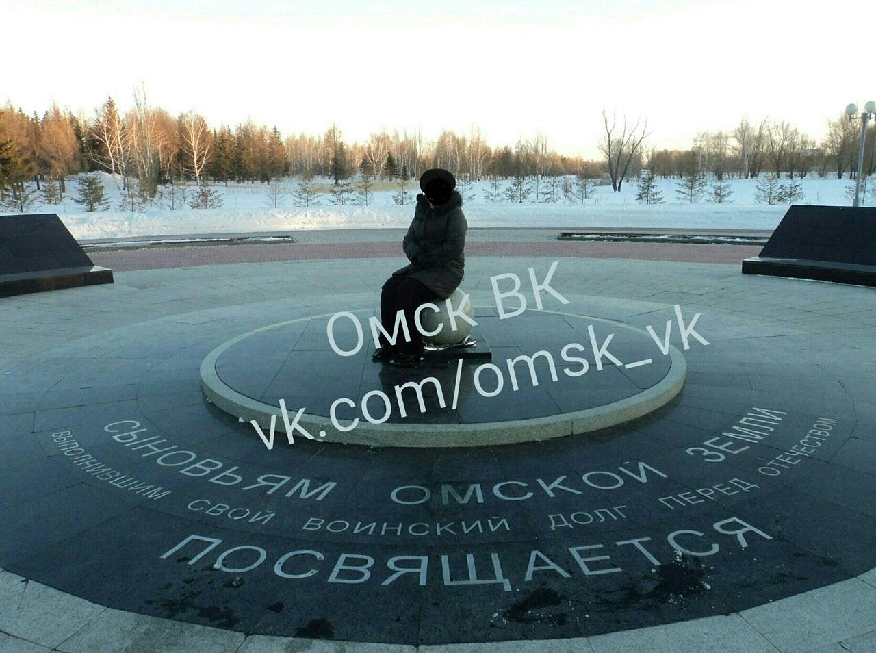 Омичи обсуждают женщину, севшую на памятник воинам – интернационалистам [ФОТО]