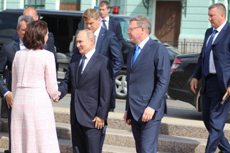 'Добровольный эксгибиционизм': Песков объяснил, почему Путин не пользуется смартфоном